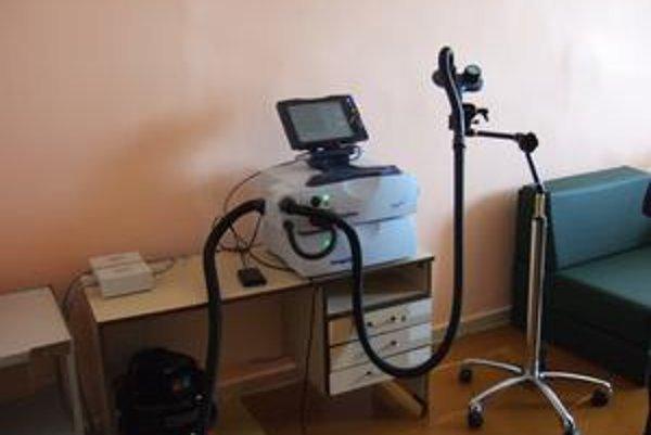 Nová metóda. Prístroj využíva magnetické pole, ktoré stimuluje bunky v mozgovej kôre. Napomáha pri liečbe depresívnych, schizofrénnych porúch a nutkavých stavov.