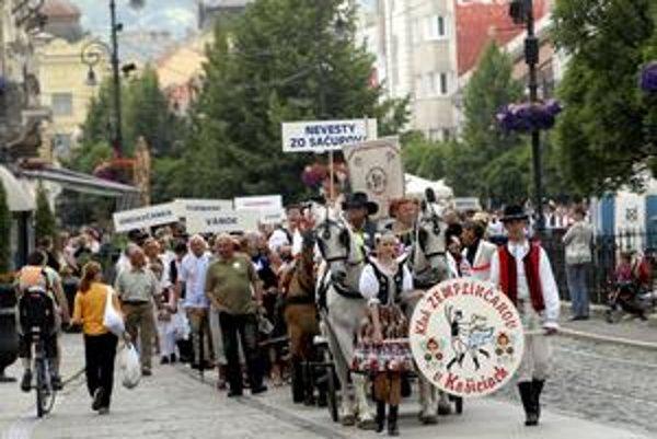 Pochod mestom. Zastavovali na každom kroku, veď ľuďom treba aj zatancovať.
