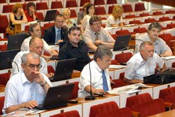 Mestskí poslanci. Posledné rokovanie mestského parlamentu im trvalo 20 minút.