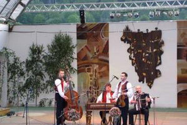 5-Piatok/vychod 4/Medzilaborce 2006 (jedňáková fotka alebo nemusí byť)Ľudová hudba. Ondreja Kandráča.