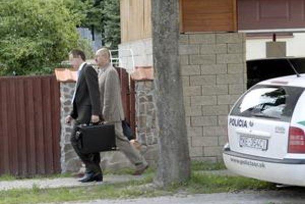 Vyšetrovatelia pri včerajšom zásahu u Mojsejovcov.