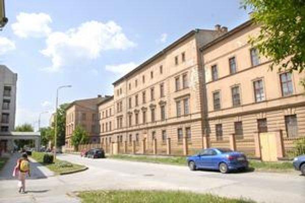 Budova. Vlastní ju Ministerstvo obrany SR. Pýta za ňu viac ako dva milióny eur.