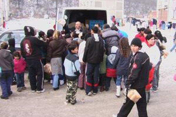 V januári starosta Žehry a jeho ľudia rozdávaním teplých rožkov a chleba odštartoval predvolebnú kampaň. Viacerí starostovia z Košíc a okolia budú teraz pre Rómov z osád jedinou možnosťou, ako sa dostať k potravinám.