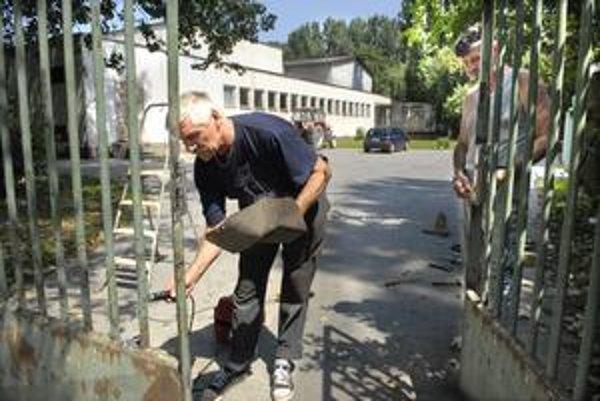 Brána Družicová. Na základnej škole opravujú aj vstup.