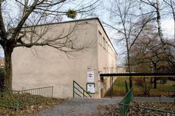 Bývalé gymnázium na Popradskej. KSK sa opäť pokúša predať areál za zníženú cenu.