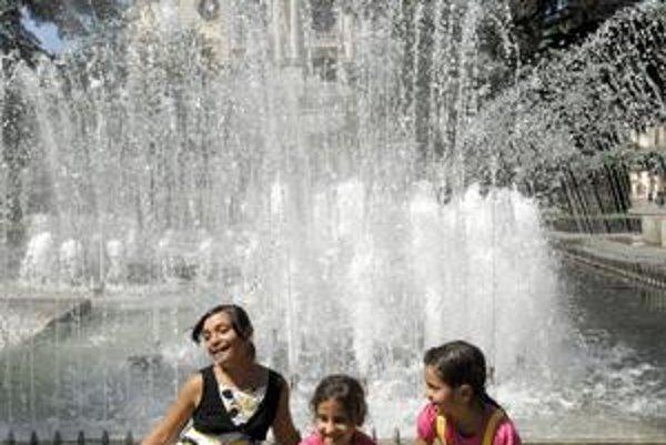 Tri sestry. Takéto osviežovanie v košickej fontáne bolo včera dosť časté.