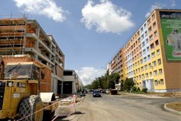 Bloky delí od stavby len pár metrov. Obyvatelia zrejme musia nočný hluk vydržať.