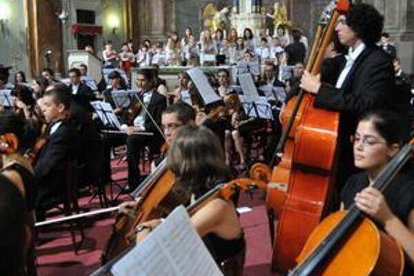Medzinárodný orchester festivalu. Vedľa seba hrali mladí hudobníci z Francúzska, Španielska, Japonska aj Ukrajiny.