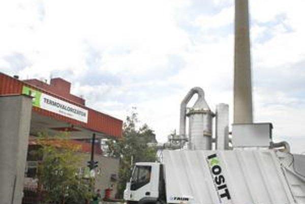Firma Kosit. Platnosť zmluvy jej končí v roku 2011. Pre mesto chce robiť aj po tomto dátume.
