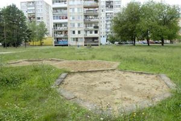 Do zabudnutia. Na ihrisku na Inžinierskej ulici sa už deti hrať nebudú na preliezačkách. Je určené na likvidáciu.