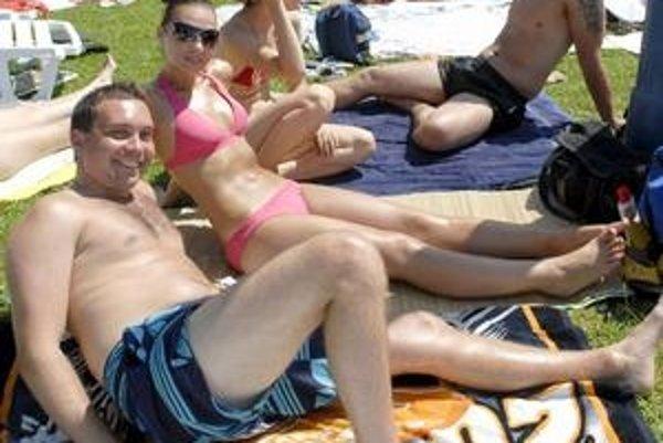 Leto vychádza. Dobrých ľudí sa všade veľa zmestí. Mestská plaváreň je v každý horúci deň nabitá návštevníkmi.