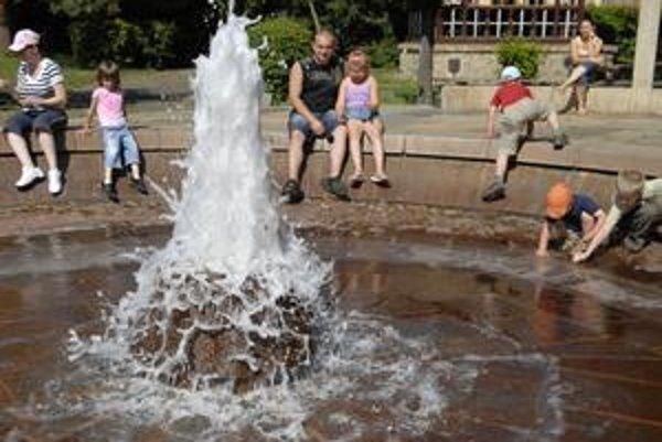 Pred koncom erupcie do bazénu vstupujú deti, aby sa presvedčili, či je voda naozaj studená.