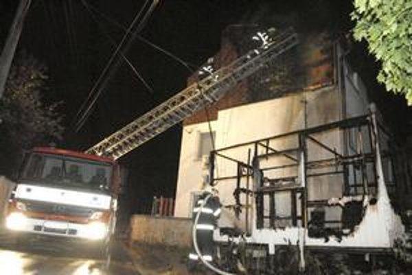 Košická Nová Ves. Oheň na budovu preskočil asi z podpáleného prívesu.