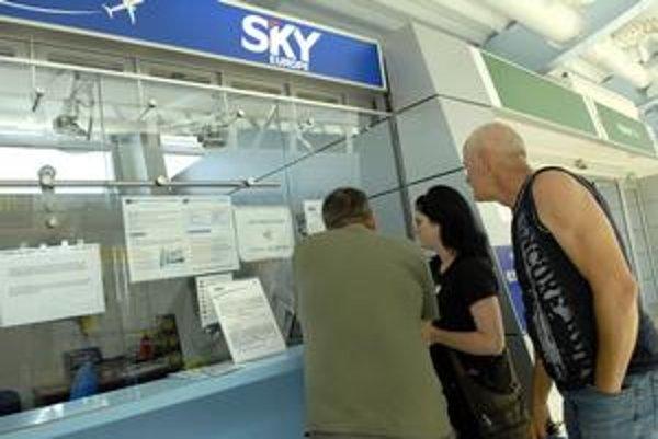 Okienko Sky Europe na košickom letisku. Zívalo prázdnotou, telefóny zvonili zbytočne. Klienti boli bezradní.