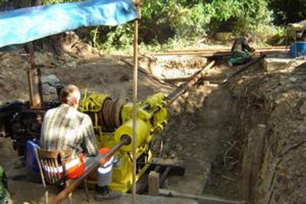 Rekonštrukcia. Horizontálne vrty zabezpečujú stabilitu furčianskeho kopca. Dožívajúce potrubia vymieňajú za nové.