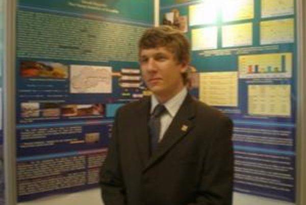 Košičan pri svojom posteri v prvý deň prezentácie.