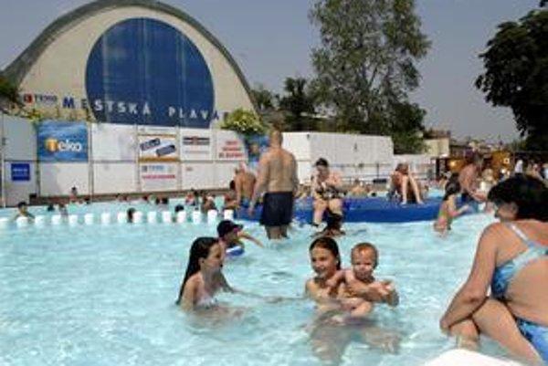 Kúpalisko Košičanov. Mestská plaváreň si na nedostatok návštevníkov nesťažuje. Košičania sa tam kúpu radi.