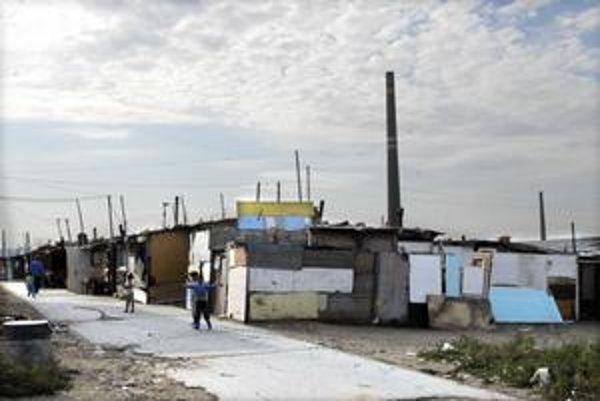 Špina v osadách. Nízky hygienický štandard stojí za vysokými štatistikami vo výskyte žltačky a tuberkulózy.