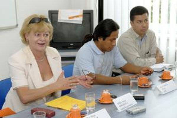 Kolektívne dielo. Riaditeľka Alena Bobáková (vľavo) vynakladá s učiteľmi a študentmi na podujatie každoročne množstvo energie.