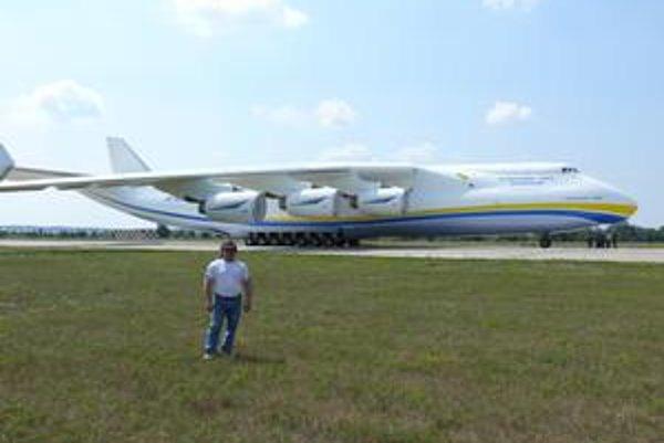 Obrovská Mrija-An-225. Juraj Barbarič ho chce potiahnuť vlastnou silou.