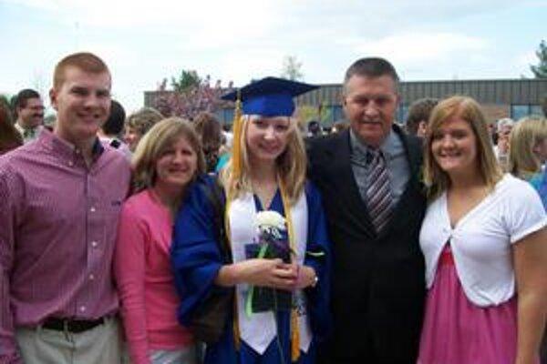 Košičanka s diplomom po ukončení školy a s rodinou Petersovcov. Zľava brat Jimmy, sestra Kristi, Simona, otec Jim a mama Staci.