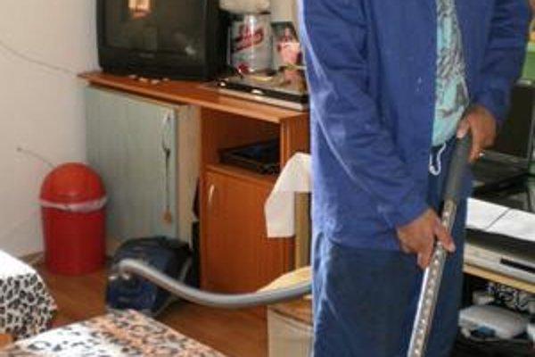 Spolu so spolubývajúcimi dbá L. Miko na udržiavanie čistoty