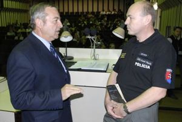 Prednosta KŠÚ J. Vook (vľavo) dohaduje možnosti spolupráce so zástupcom riaditeľa KR PZ R. Pilarčíkom.