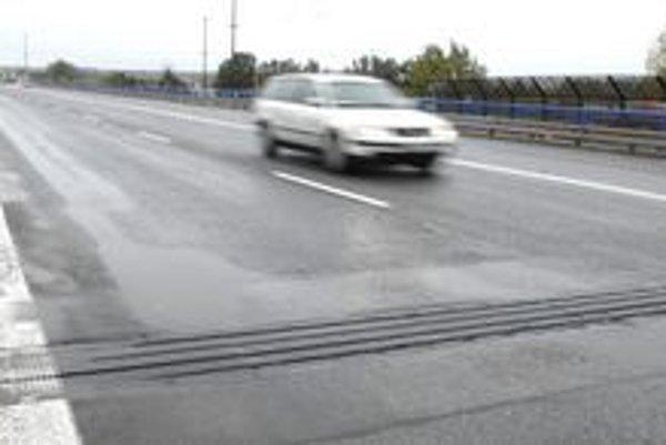 """Opravený most. Dokončili ho len pred týždňom, motoristom sa nepáči, že je """"hrboľatý""""."""