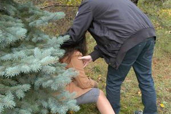 Násilník. Obeť mu stihla na chvíľu ujsť, ale dobehol ju...