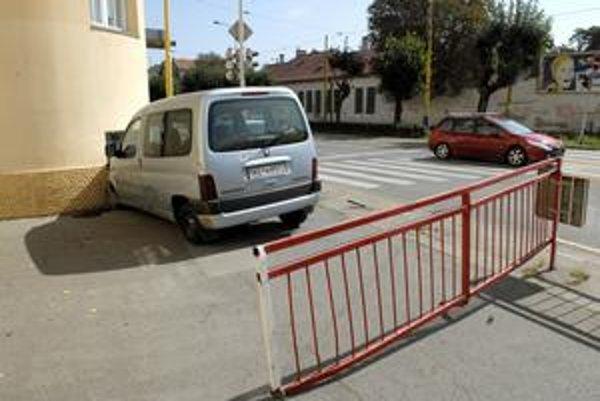 Prvá z reťaze. Peugeot si to napáral rovno do úradu.