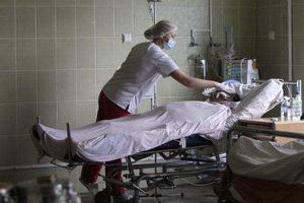 Na Ukrajine rátajú hospitalizovaných na tisícky, slovenské nemocnice sú pripravené.