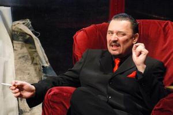 Károly Korognai, umelecký vedúci divadla Thália stvárňuje postavu čerta.