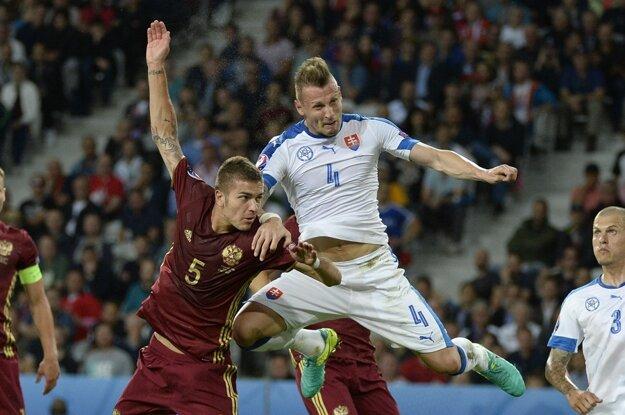 Roman Neustädter (vľavo) v súboji s Jánom Ďuricom. Od novej sezóny by mohol byť Rus spoluhráčom Martina Škrtela