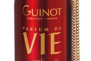 Parfum de Vie, Guinot, 57 €Parfum de Vie poskytuje potešenie, sviežosť a vitalitu počas celého dňa. Odhaľuje jemnú kombináciu čerstvých citrusových tónov, zmyselných kvetinových tónov a intenzívnych tónov jantáru a mošusu.