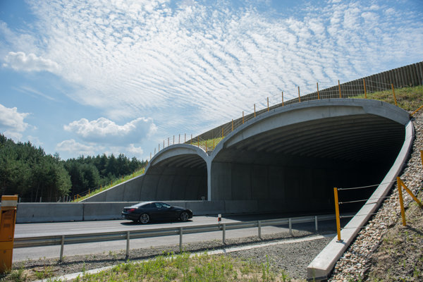 Na snímke nový ekodukt nad diaľnicou D2 pri Moravskom Svätom Jáne.