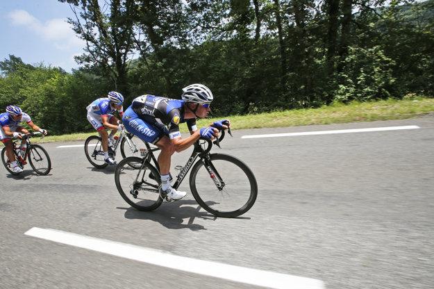 Thibaut Pinot (druhý sprava) vo včerajšej etape zaostal.