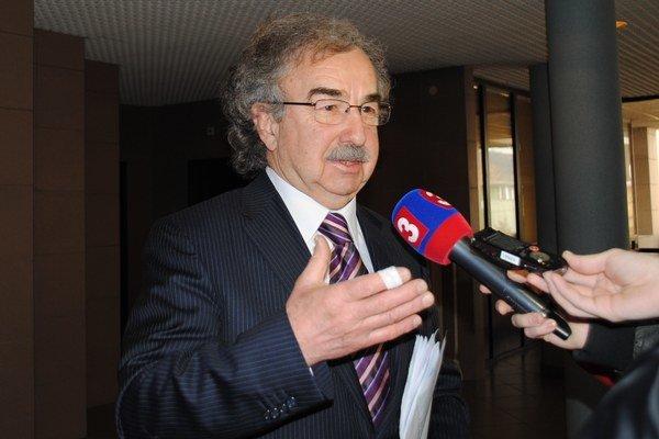 Vasiľ Janko. Sám prežil prevoz sanitkou s infarktom.