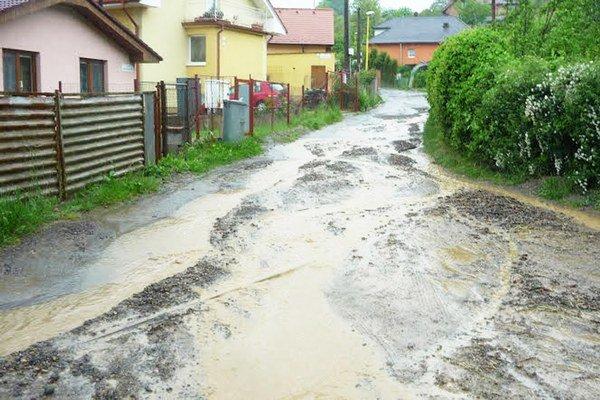 Ku Kyslej vode. Takto vyzerá ulica po každej búrke, voda a bahno sa valí až na Terchovskú.