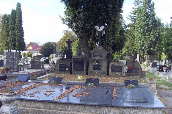 Mestský cintorín. Staré stromy ohrozujú ľudí aj poškodzujú hroby.