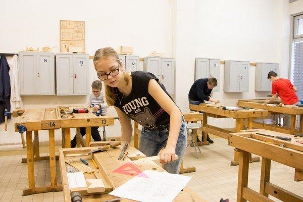 Súťažiaci. V praktickej časti mali zostrojiť drevené výrobky.