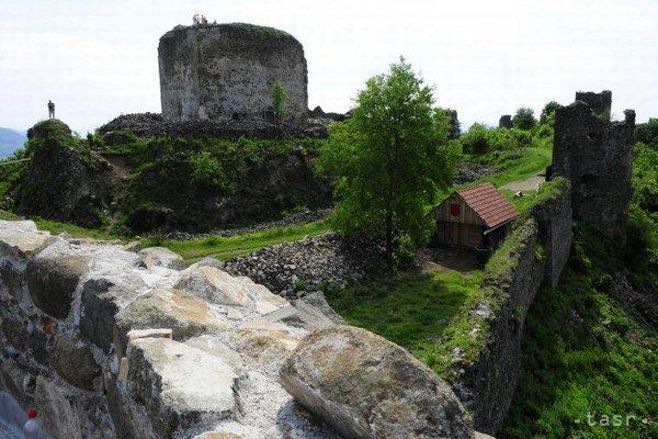 Šarišský hrad. Už niekoľko rokov ho obnovujú.