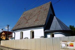 Kostol v Chmeľovci. Očiam verejnosti uniká, je ukrytý za plotom astromami.