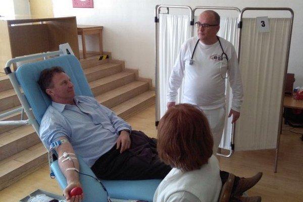 Odber krvi. Do kresla si sadol aj pán Ľudovít z OÚ, dozerá naň lekár Mikuláš Hudák.