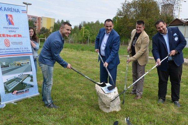 Zľava: Investor Ján Kentoš, predseda PSK Peter Chudík, šéf hokejovej akadémie Róbert Čop a zástupca firmy Strojspiš, ktorá bude zimný štadión stavať, Róbert Strmeň.