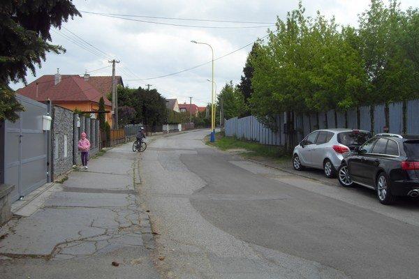 Dilongova ulica. Cesta je úzka, obyvatelia sa boja dopravnej záťaže.