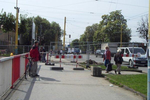 Pre chodcov je dočasne obmedzený prechod cez časť chodníka na Čiernom moste.