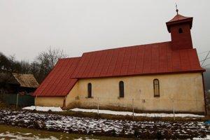 Pohľad na 700-ročný kostol v Hendrichovciach zo severu.