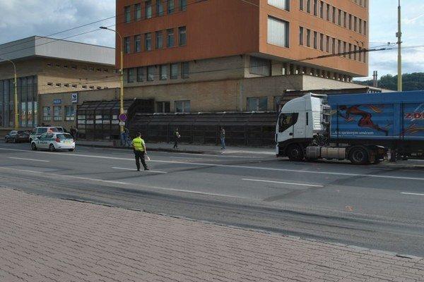 Miesto nehody. Muž prechádzal od autobusovej na železničnú stanicu.