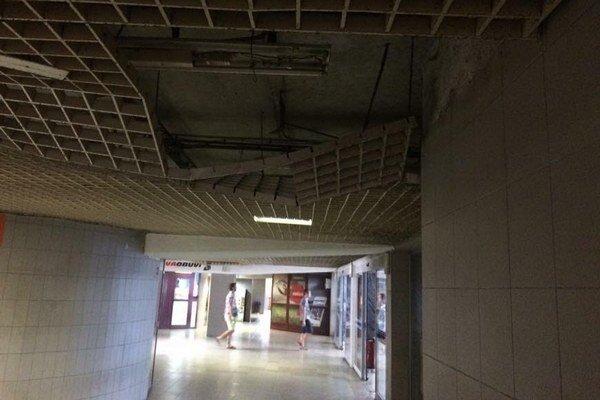 Podchod k železničnej stanici. Takto vyzeral strop v podchode niekoľko dlhých týždňov.