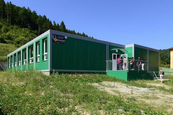 V roku 2013 postavili v obci kontajnerovú školu.